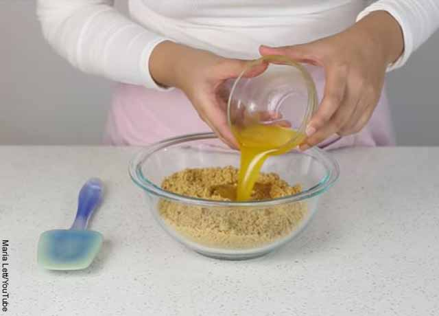 Foto de una persona echando mantequilla a una mezcla