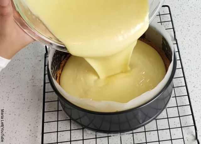 Foto de una persona agregando una crema en un recipiente