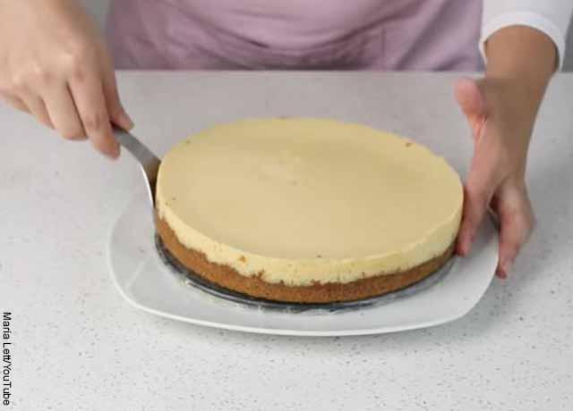 Foto de una persona levantando una tarta con una espátula que muestra la receta de pié de limón
