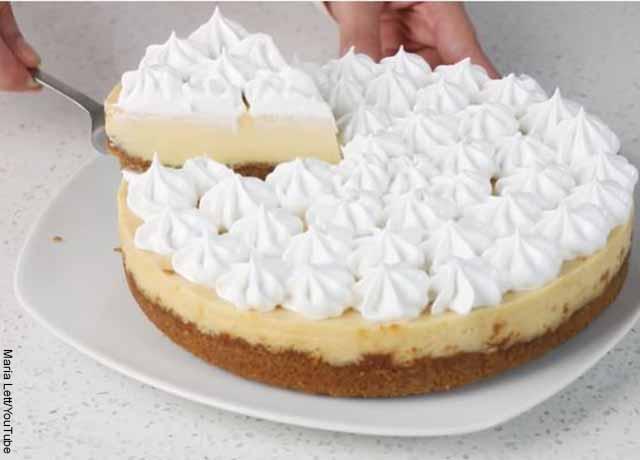 Foto de una torta de limón porcionada
