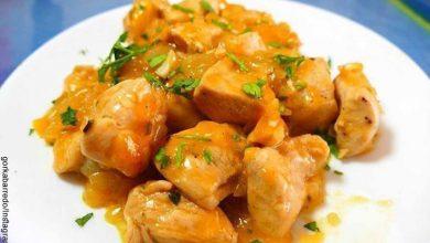 Foto de un plato de comida asiática que revela la receta de pollo a la naranja