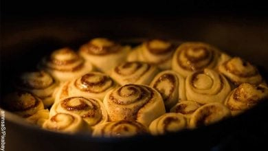 Foto de pastelitos al horno que muestra los rollos de canela y su receta