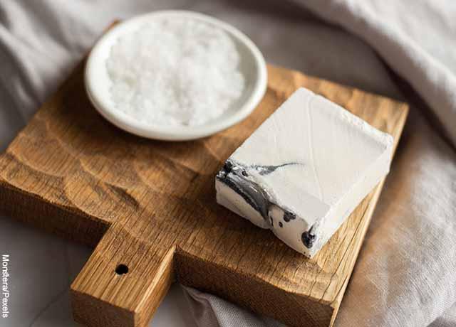 Foto de un plato de sal sobre una tabla