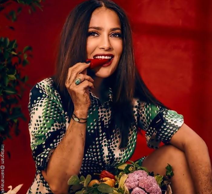 Foto de Salma Hayek comiendo fresas