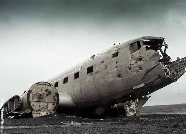 Foto de un avión en ruinas