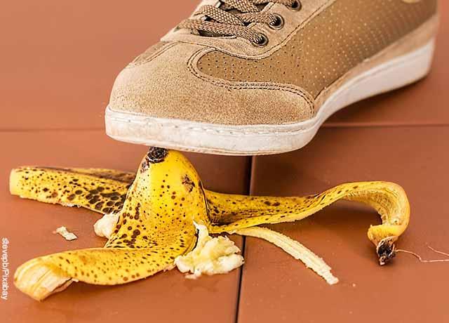 Foto de un pie a punto de pisar una cáscara de banano