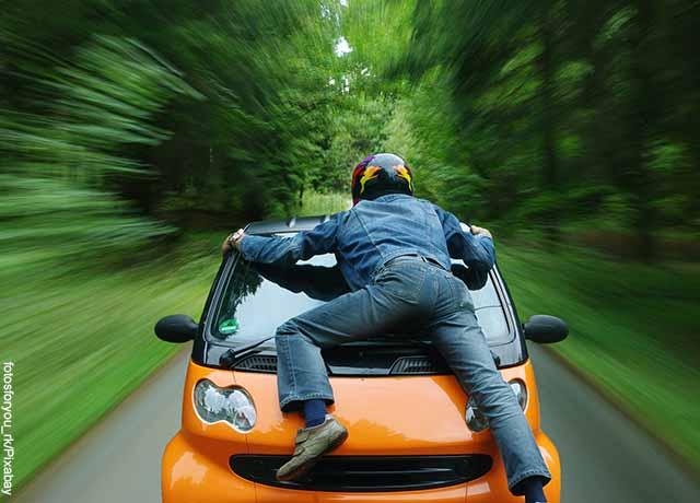 Foto de un hombre sobre un carro