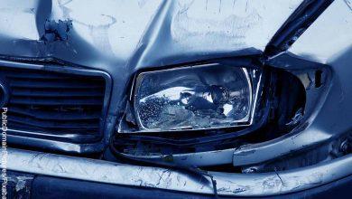 Foto del frente de un carro destrozado que muestra lo que es soñar con accidente