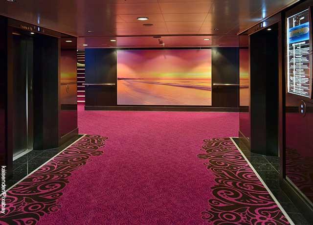 Foto de dos elevadores negros