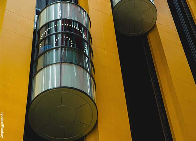 Foto de un elevador cilíndrico de vidrios transparentes