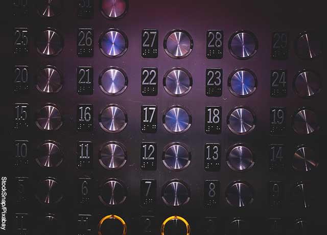 Foto de los botones de un elevador que revela lo que soñar con ascensor