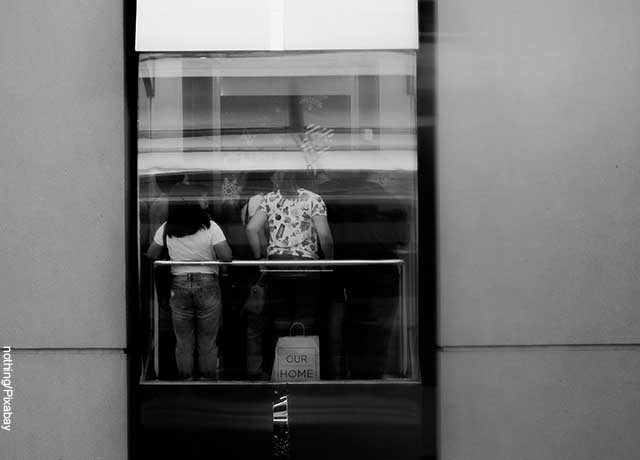 Foto desde el exterior de un ascensor que va lleno y muestra lo que es soñar con un ascensor