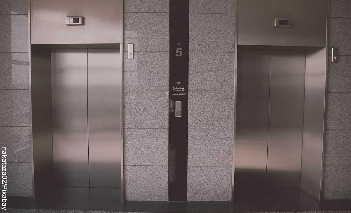 Foto de dos puertas de elevador que revela lo que es soñar con ascensor