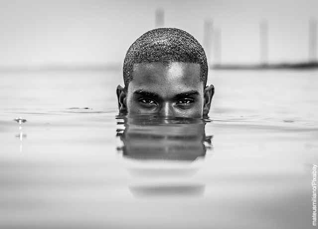 Foto de un hombre sumergido en el agua