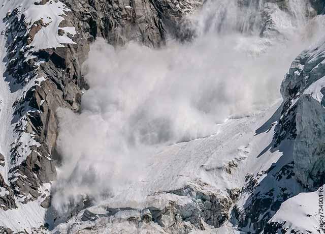 Foto de un alud de nieve en una montaña