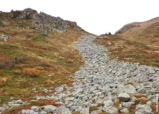 Foto de una caída de tierra y piedras en un paisaje