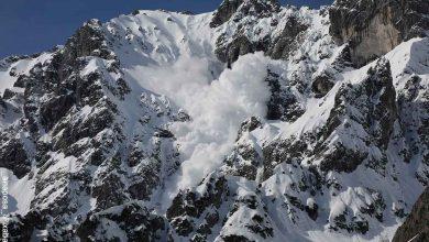 Foto de una montaña en la que cae nieve que revela lo que es soñar con avalancha