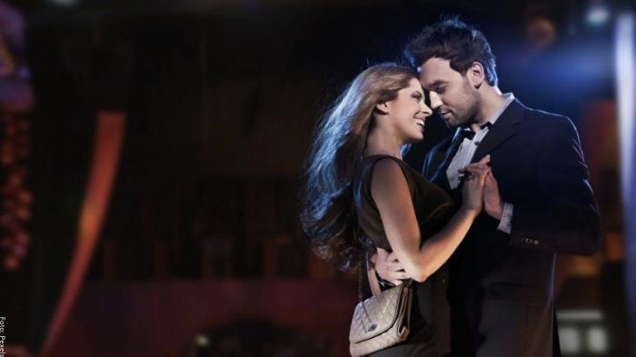 Foto de pareja bailando