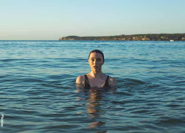 Foto de una mujer sumergida en el mar que revela lo que es soñar con bañarse
