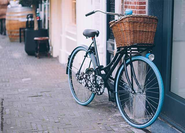 Foto de una bici negra parqueada que muestra lo que es soñar con bicicleta