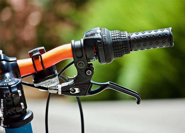 Foto del manubrio de una bici que revela lo que es soñar con bicicleta