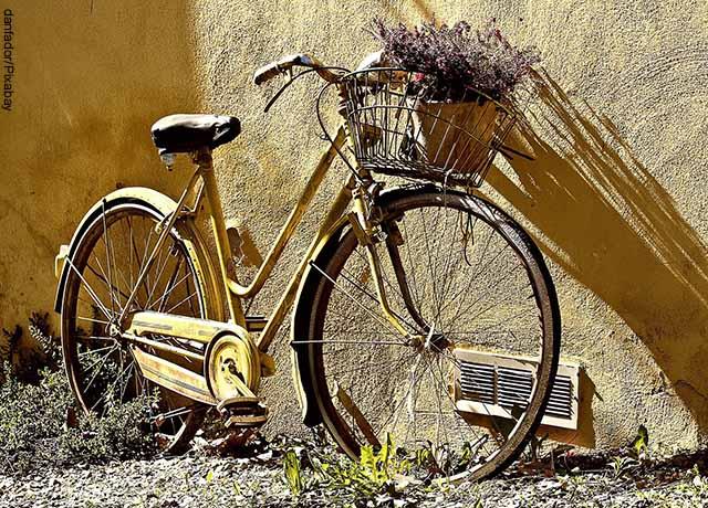 Foto de una bicicleta vieja de color amarillo