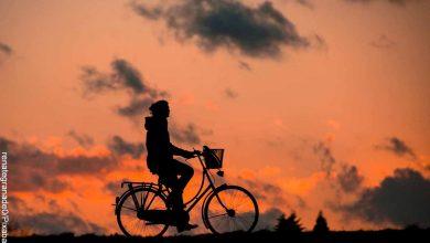 Foto de la silueta de una persona montando en bici que revela lo que es soñar con bicicleta