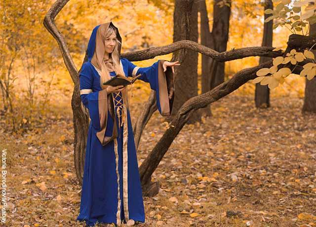 Foto de una mujer vestida de bruja en bosque