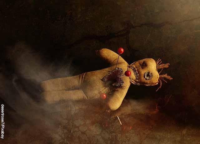 Foto de un muñeco con agujas clavadas