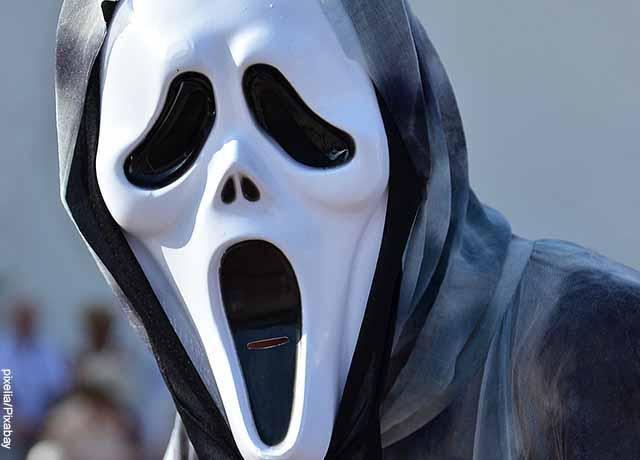 Foto de una persona con máscara de la muerte