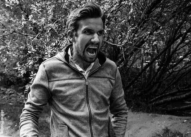 Foto de un hombre joven gritando de ira