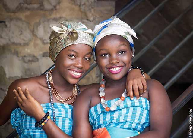 Foto de dos mujeres abrazadas sonríendo
