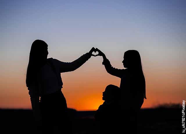 Foto de la sombra de dos mujeres que revela lo que es soñar con hermana