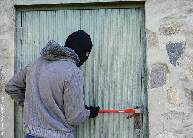 Foto de un ladrón abriendo una puerta