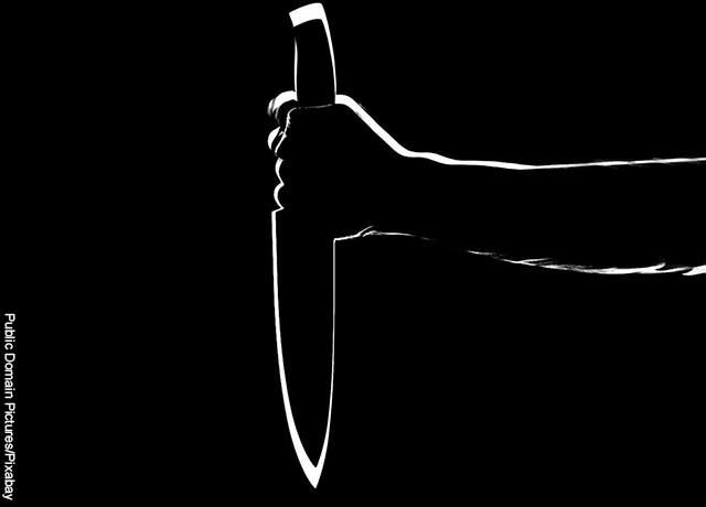 Foto de una mano sosteniendo un cuchillo