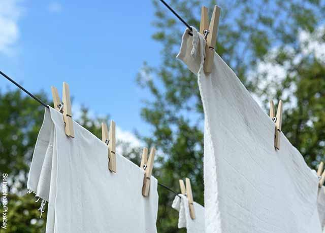 Foto de dos prendas blancas colgadas