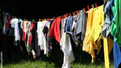 Foto de muchas prendas de colores colgadas que muestran lo que es soñar con lavar ropa