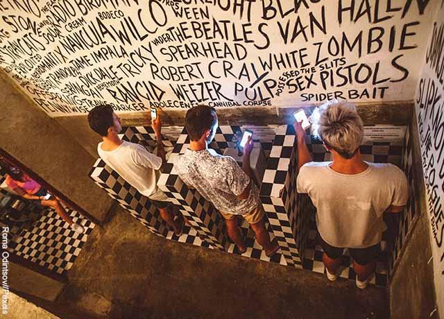 Foto de varios hombres orinando
