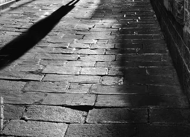 Foto del piso adoquinado de una calle