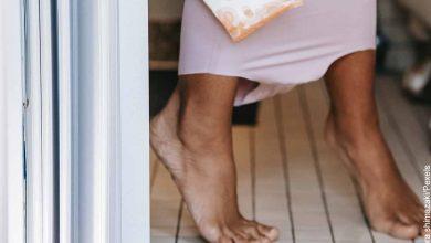 Foto de una mujer sentada en el inodoro que revela lo que es soñar con orinar