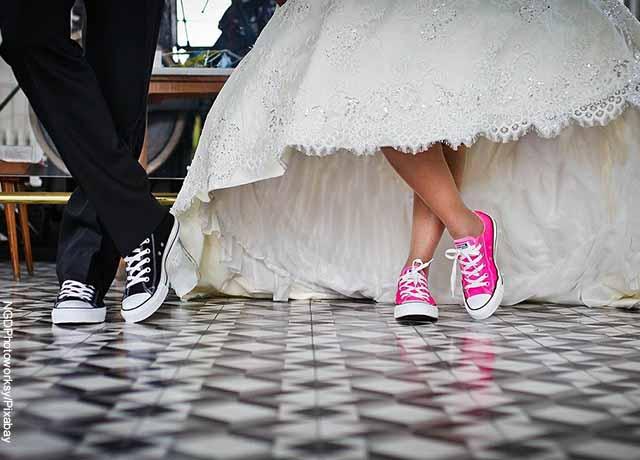 Foto de una pareja de esposos en el matrimonio con tenis de colores