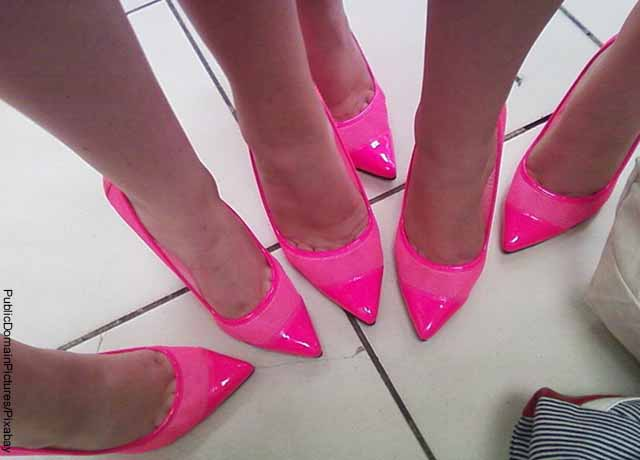 Foto de los pies de varias mujeres con tacones rosados