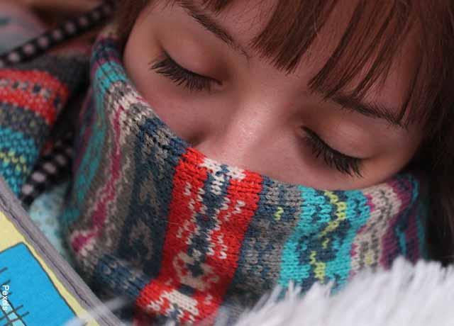 Foto de una mujer con una bufanda tapando su boca y nariz que muestra el sulfato de zinc para qué sirve
