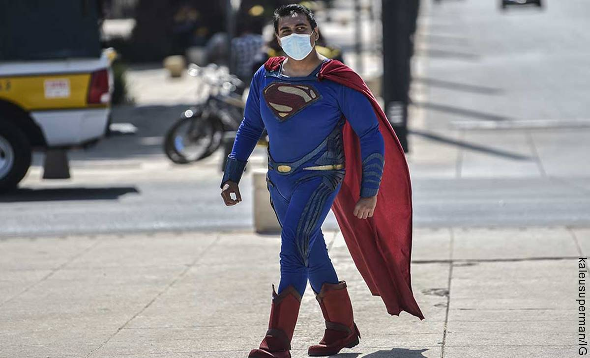 Supermán brasilero pretendía detener un bus con sus superpoderes y... ¡Fail!