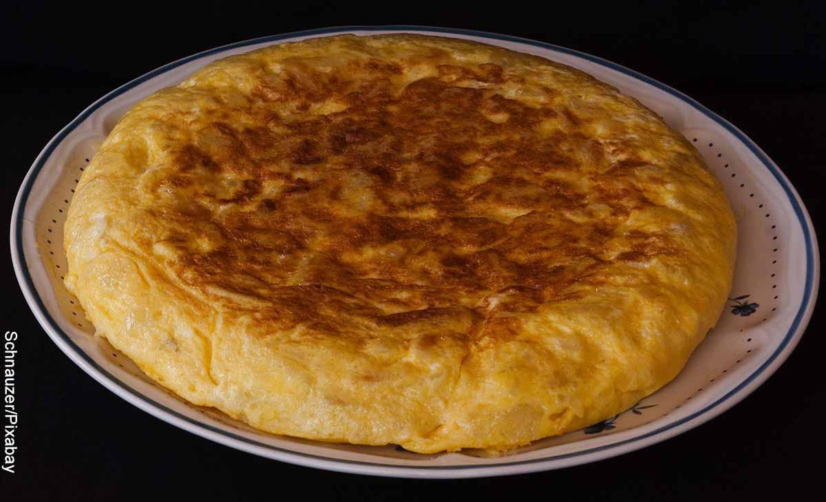Foto de una tortilla española que revela su receta