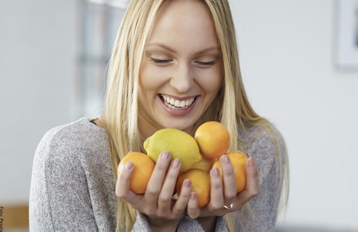Foto de mujer con limones en las manos
