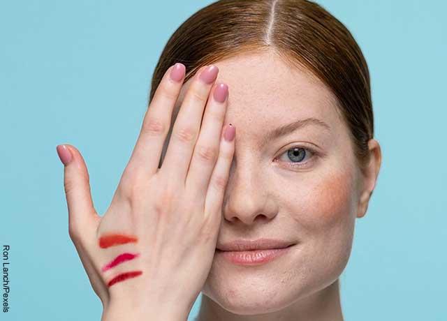Foto de una mujer tapando un ojo con su mano