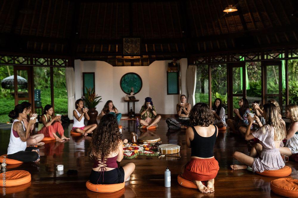 Foto de una clase de Yoga Tántrico en Bali con Deva