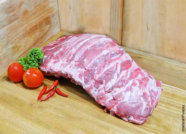Foto de una costilla de cerdo sobre una tabla