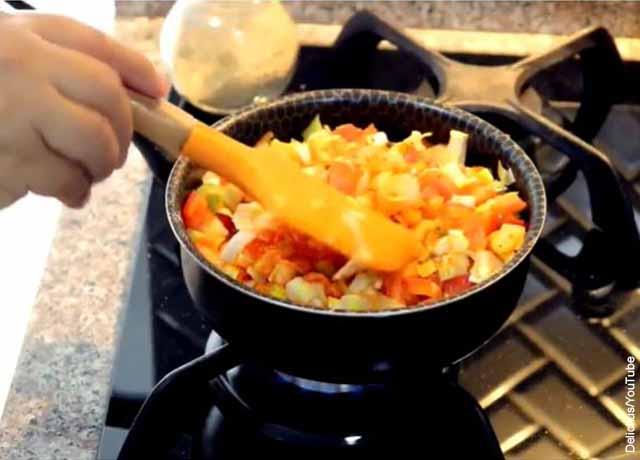 Foto de un guiso de tomate y cebolla que muestra el arroz atollado con su receta